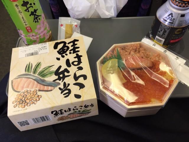 新幹線に乗り込み、駅弁を楽しむ